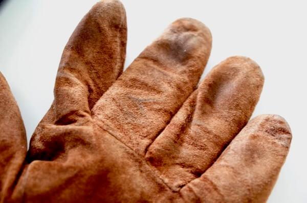 キレイナに出す前の手袋の指の汚れ