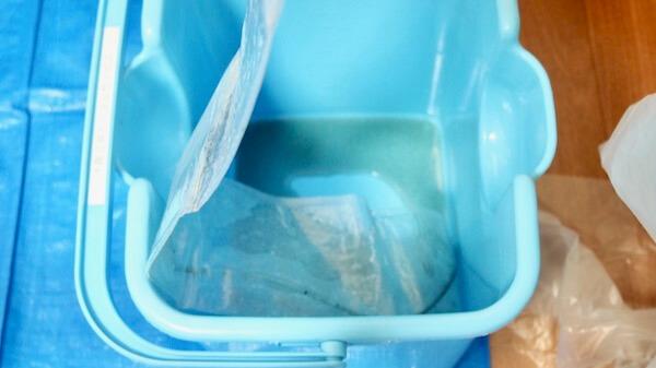 エアコンに洗剤を吹き付けて出た汚水