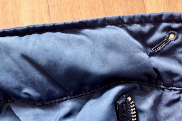 青いジャケットの襟についたシミ