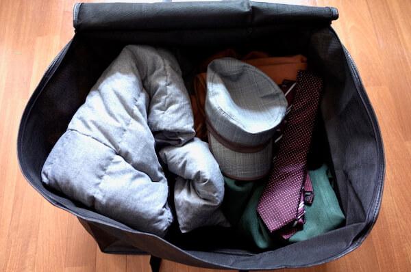 リコーベの梱包バッグに服を詰めた様子