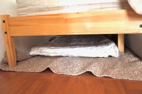 圧縮された布団をベッドの下で保管