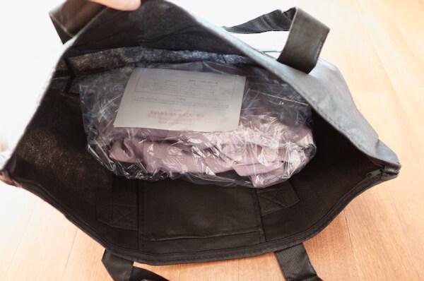 わ蔵の発送用バッグに着物を入れる