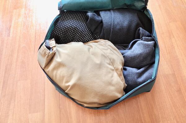 ラクリの梱包バッグに服を詰める