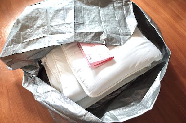 ザブザブの梱包バッグに布団と診断書を入れる